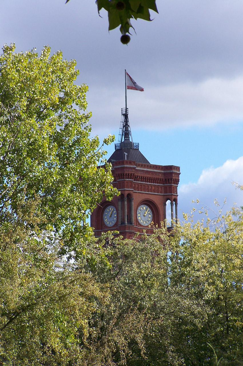 Le Rotes Rathaus (mairie) dans les arbres