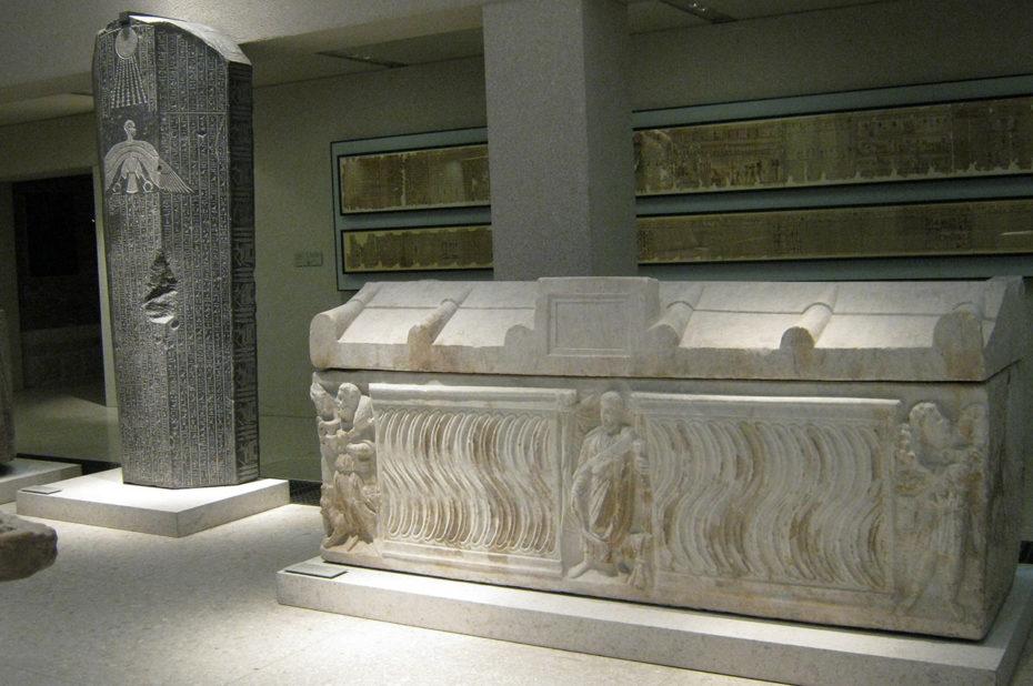 Sarcophage blanc et stèle en marbre