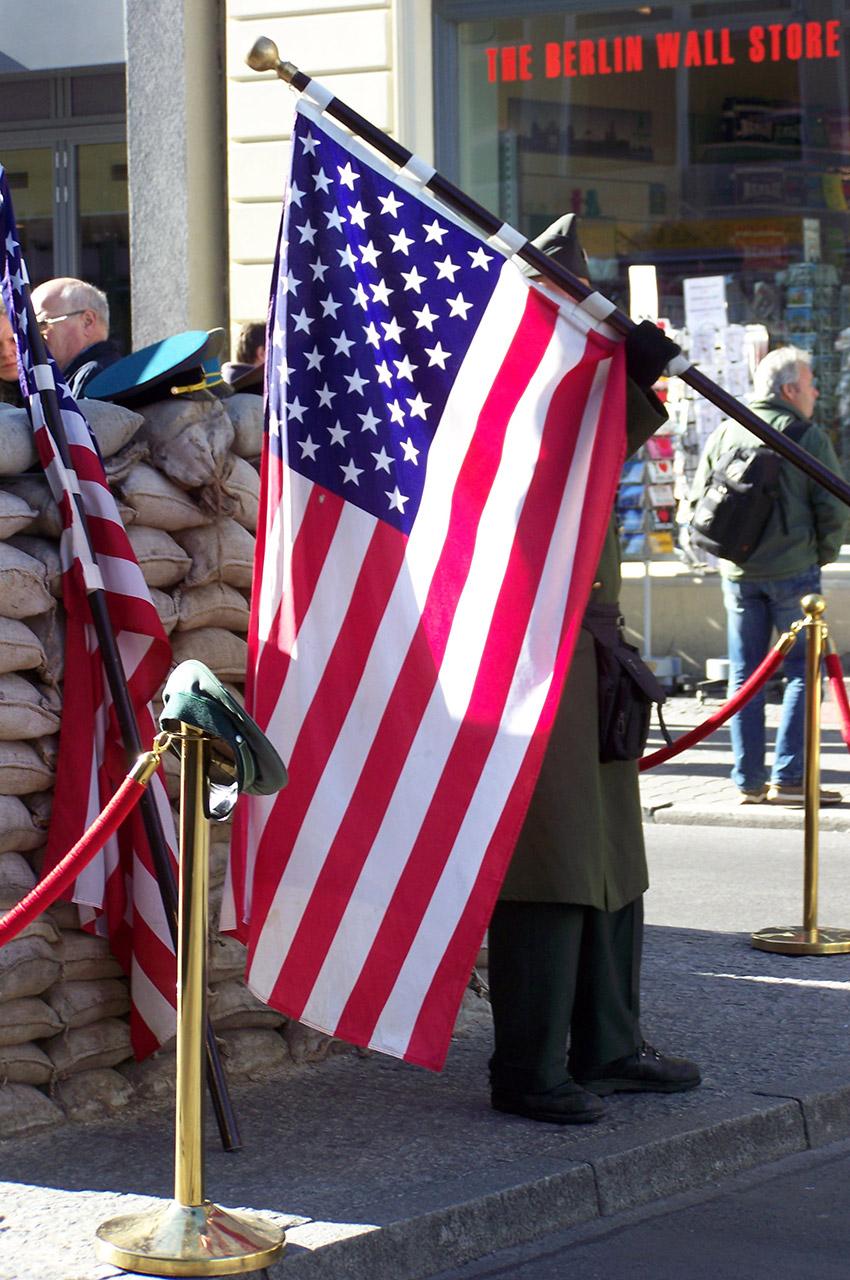 Un soldat figurant avec un drapeau américain