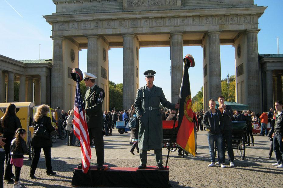Un soldat américain et un soldat allemand
