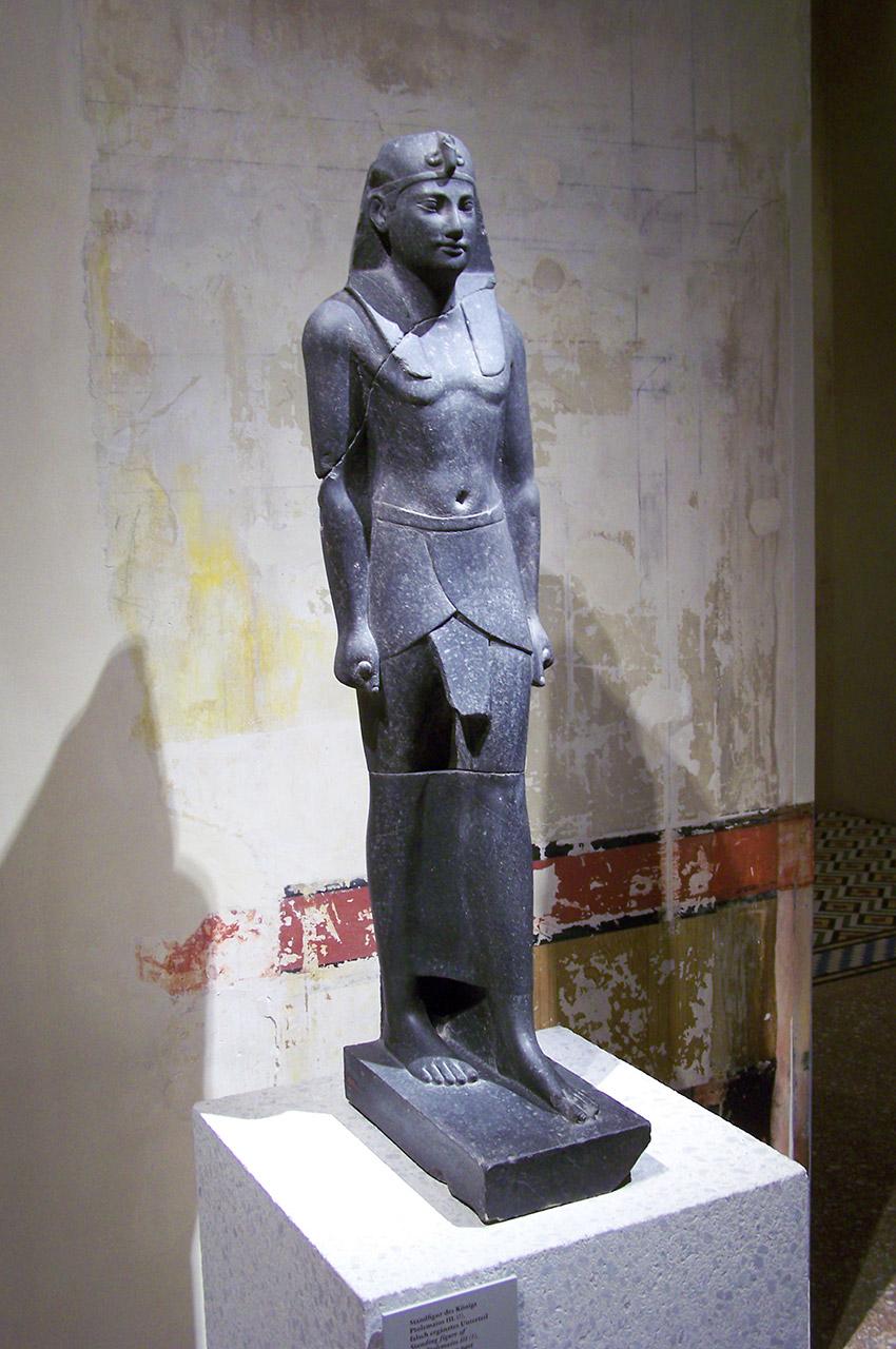 Statue debout du roi Ptolémée III