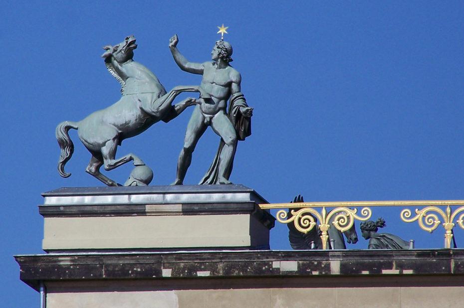 Statue d'un homme et d'un cheval surmontant l'Altes Museum