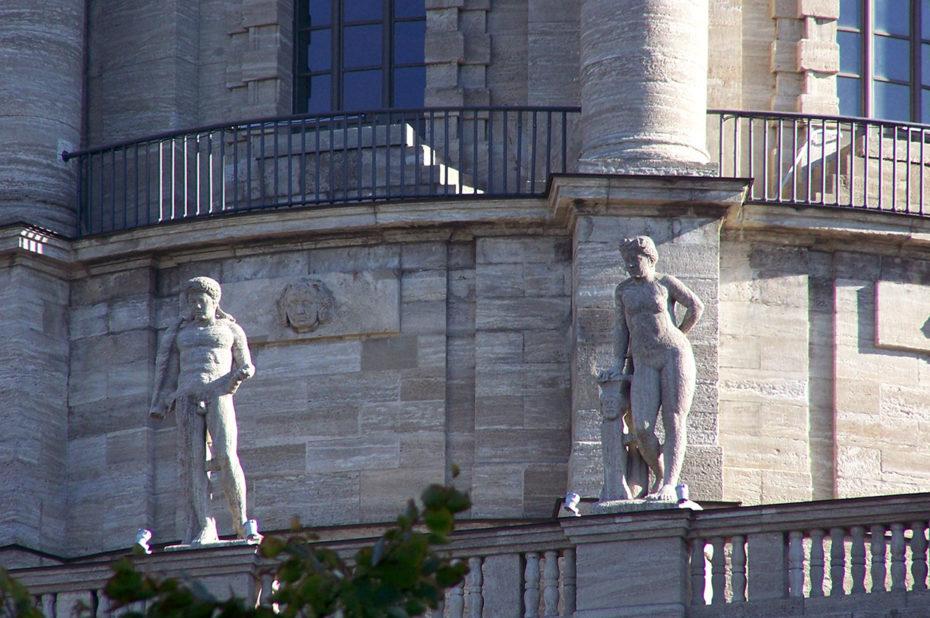 Des statues ornent le balcon