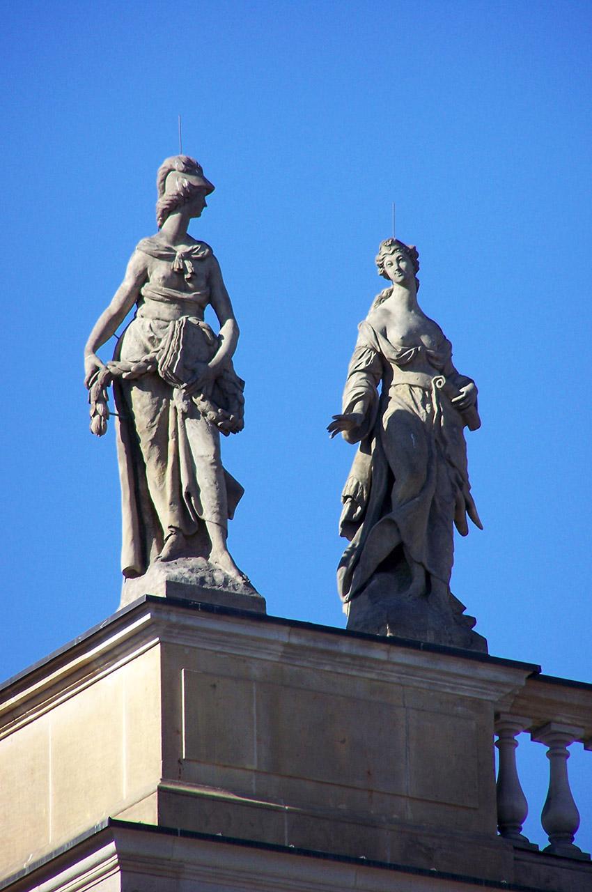 Statues sur le toit de l'Alte Bibliotek