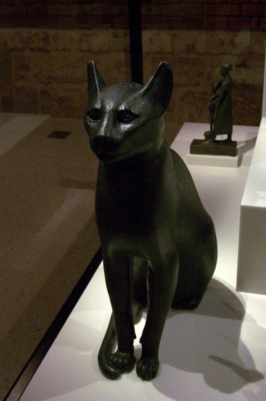 Statuette de chat en bronze