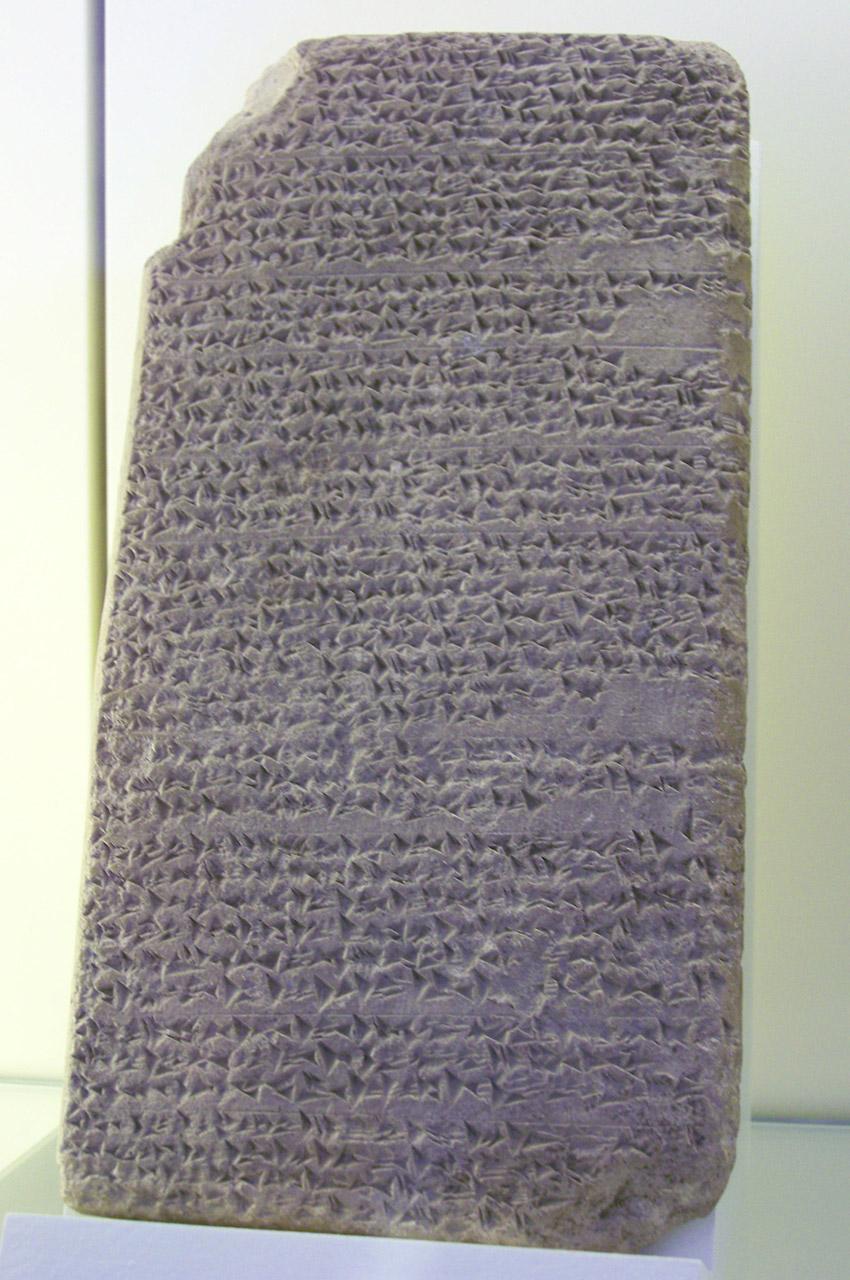 Tablette en pierre recouverte d'écriture cunéiforme