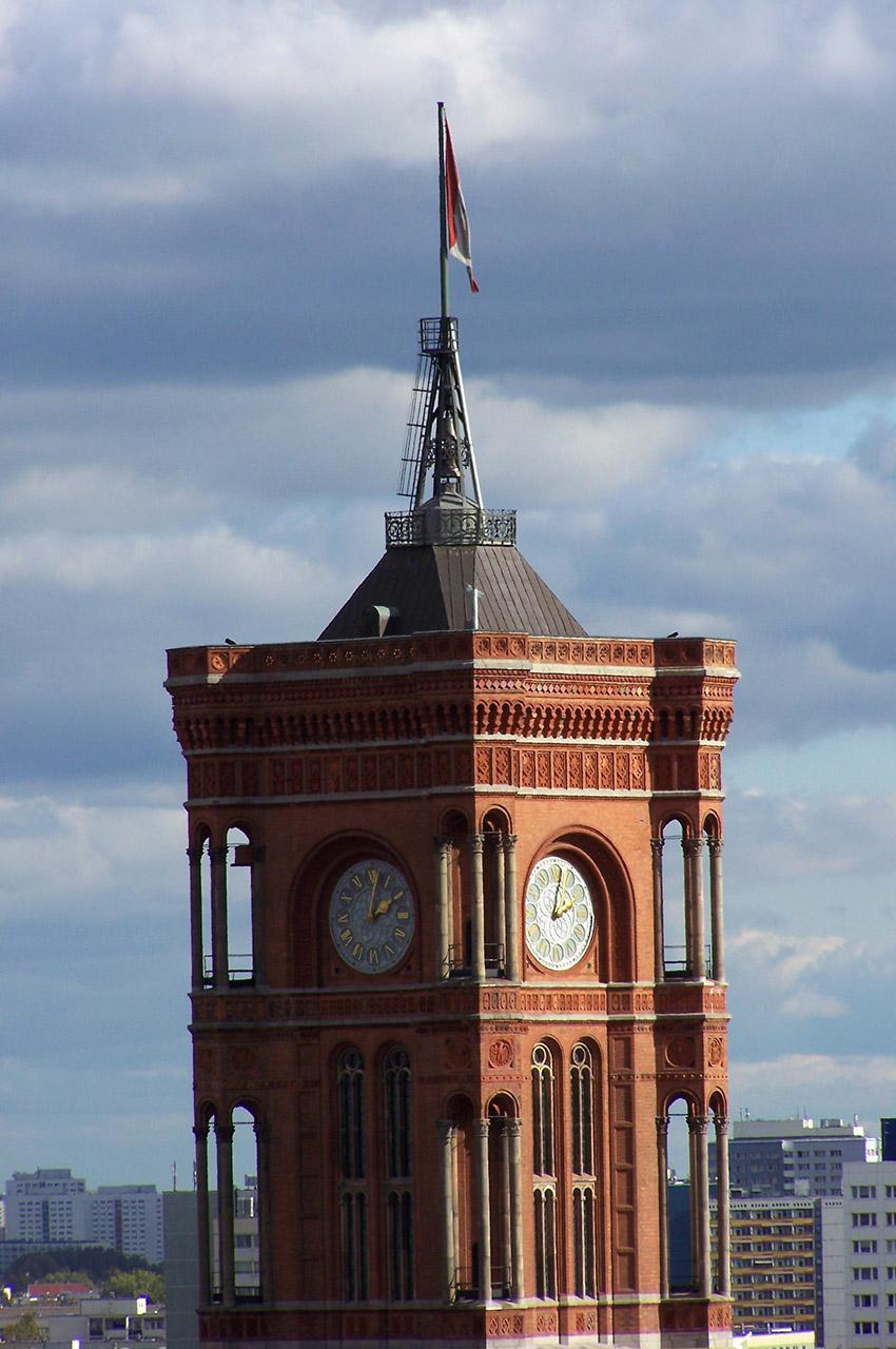 """Gros plan sur la tour de la """"mairie rouge"""""""