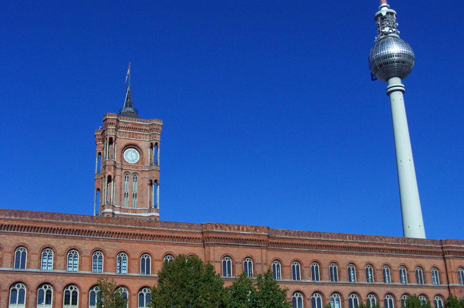 La tour de la Télévision derrière la mairie