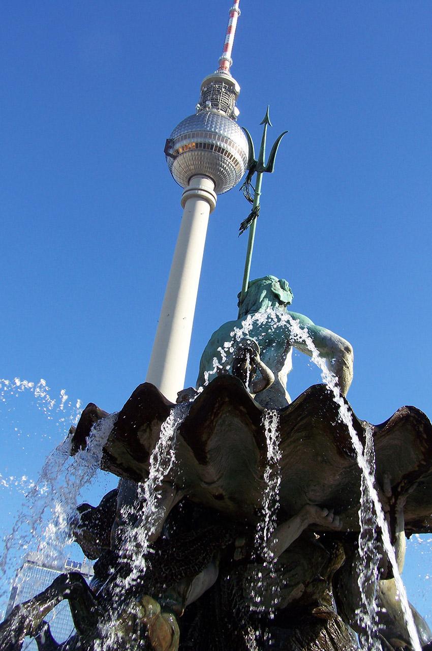 La tour de la télévision derrière la fontaine