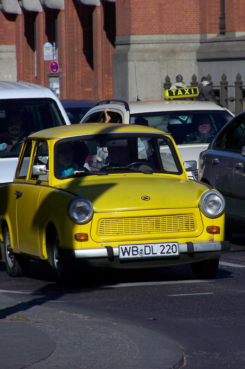 Une Trabant jaune, véhicule emblématique