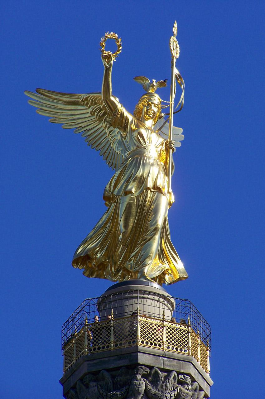 Victoria, au sommet de la Colonne de la Victoire