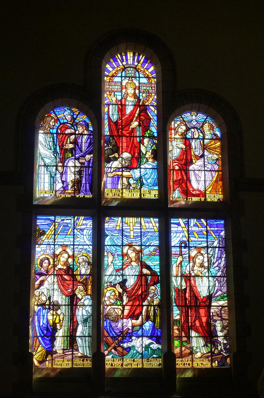 Vitrail dans le transept de l'église