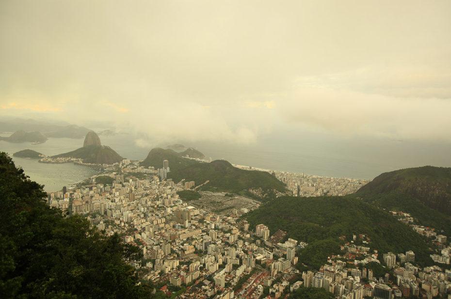 L'agglomération de Rio de Janeiro sous les nuages