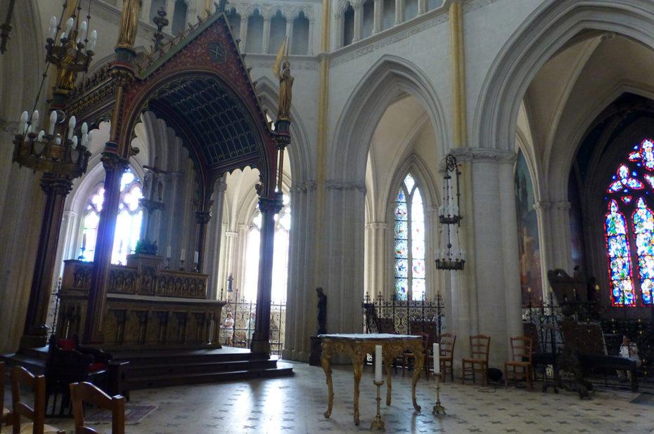 L'ancien maître-autel sous un baldaquin à séraphins