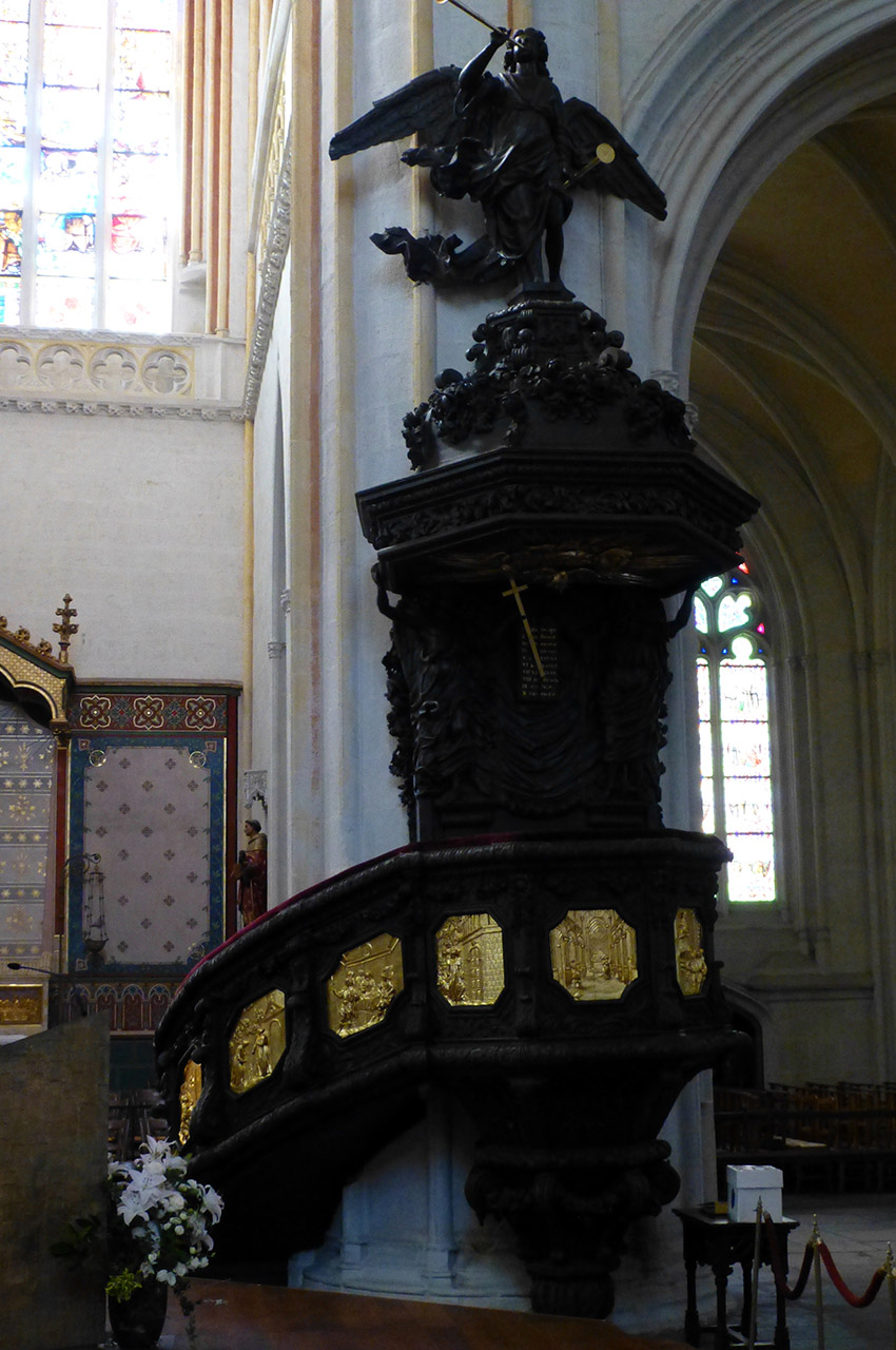 Ancienne chaire à prêcher, en bois polychrome et doré