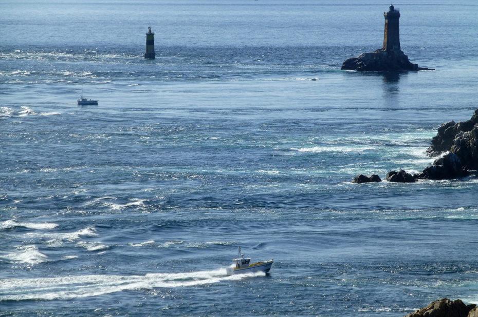 Un bateau vogue dans les eaux déchaînées