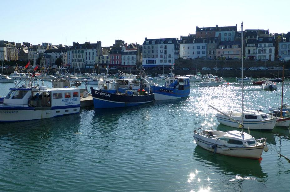 Bateaux dans le port et soleil se reflétant sur l'eau