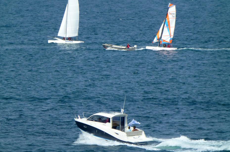 Un bateau rapide sur l'océan