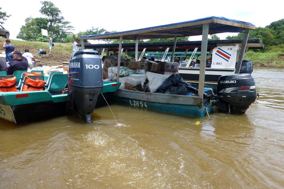 Des bateaux emmènent les touristes