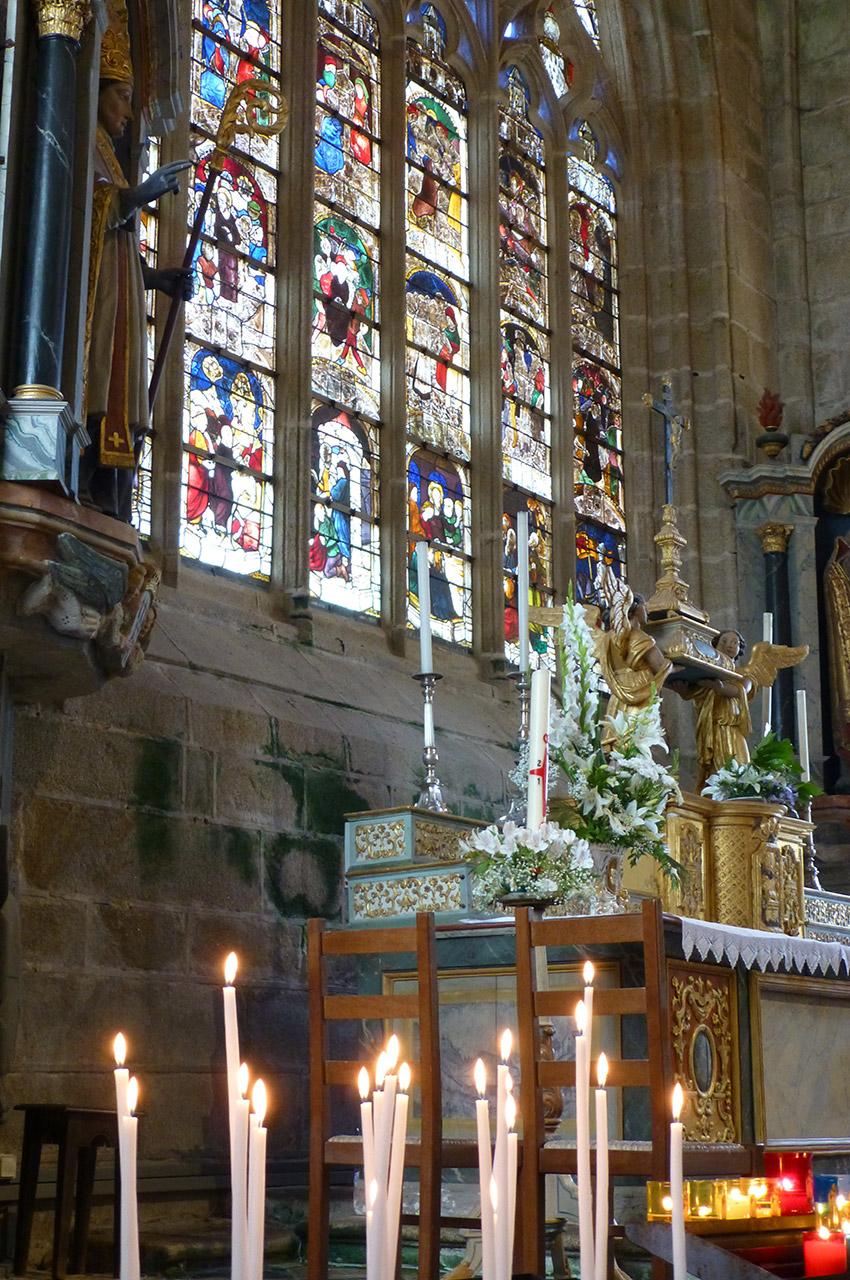 Des bougies devant l'autel de l'église