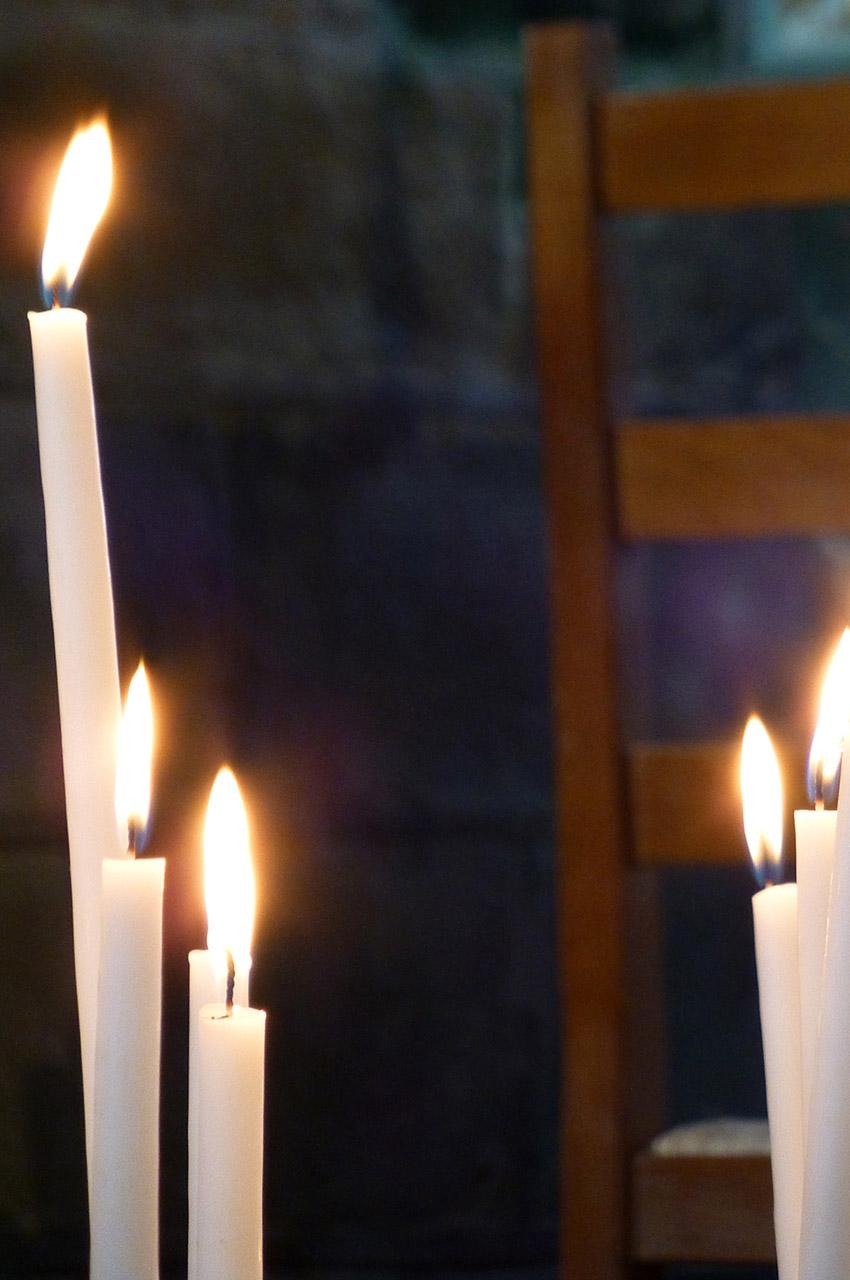 Des bougies symbolisant les prières des fidèles