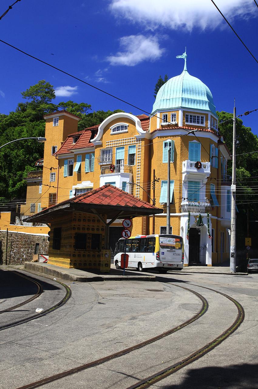 Bus passant devant une maison très colorée