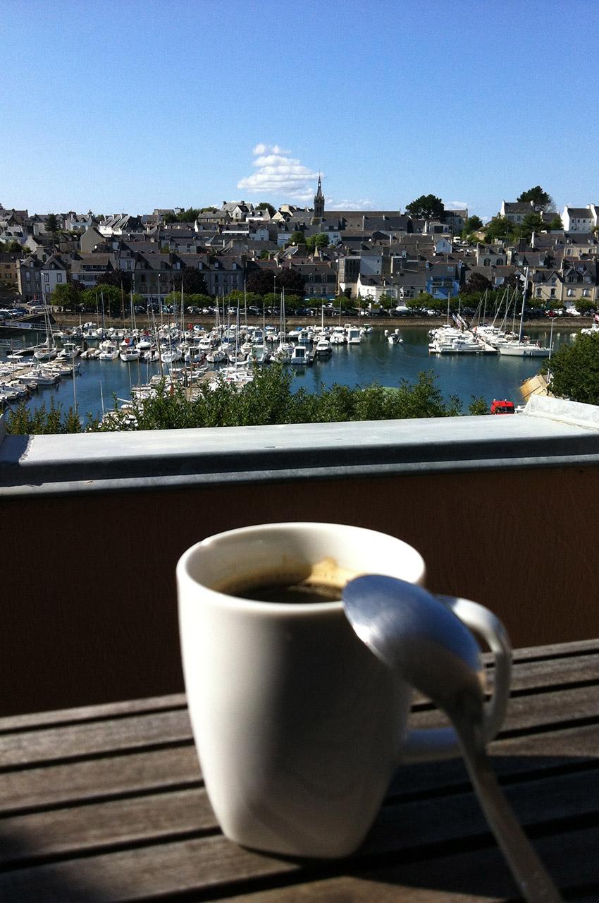 Café avec la vue sur le port de plaisance