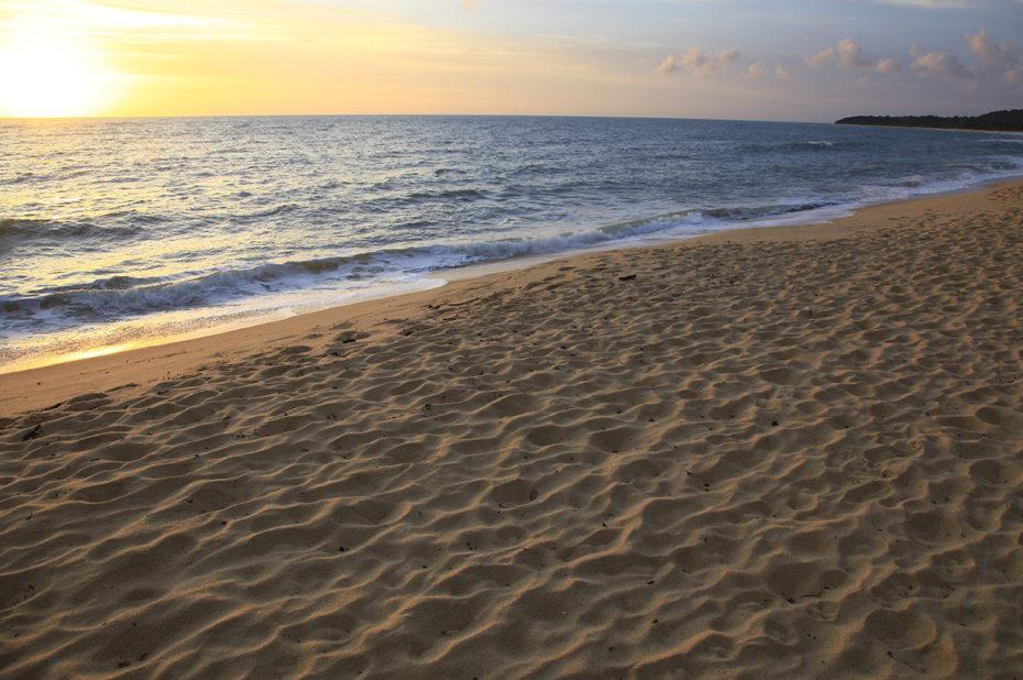 Coucher de soleil sur un plage de sable blanc