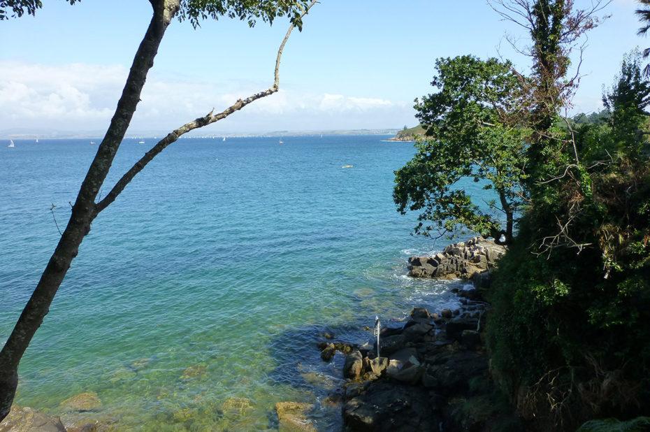 Les eaux transparentes de l'Océan Atlantique en Bretagne