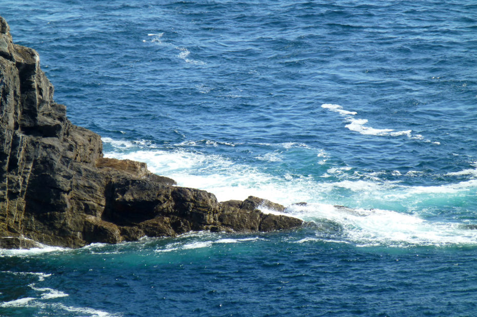 L'écume des vagues sur les rochers