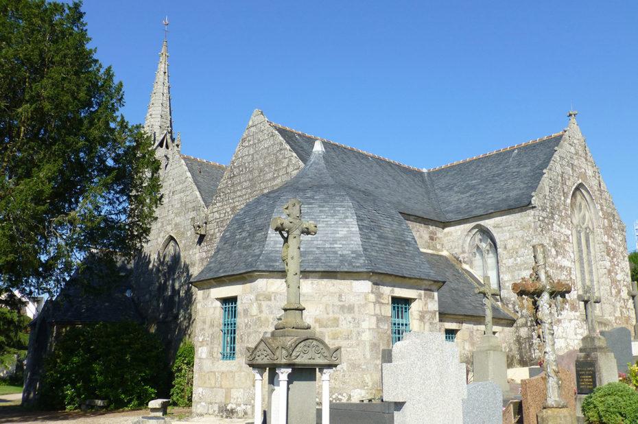 Une église et son cimetière non loin de Douarnenez