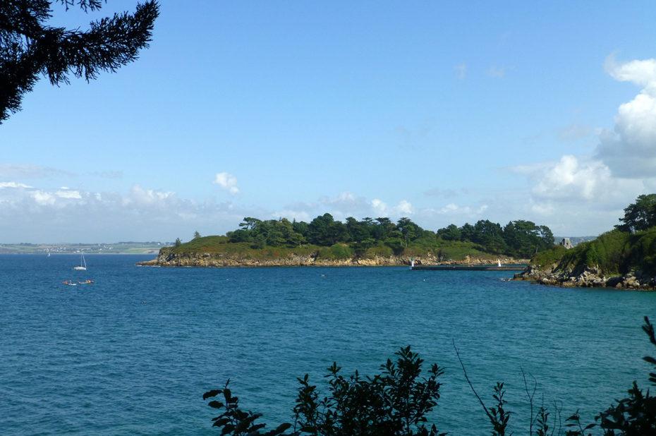 L'île Tristan à Tréboul, vue depuis la côte