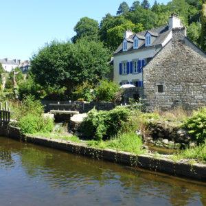 Maison bretonne dans la verdure