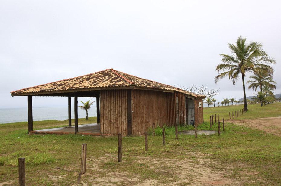 Une maison en rondins au bord de la mer