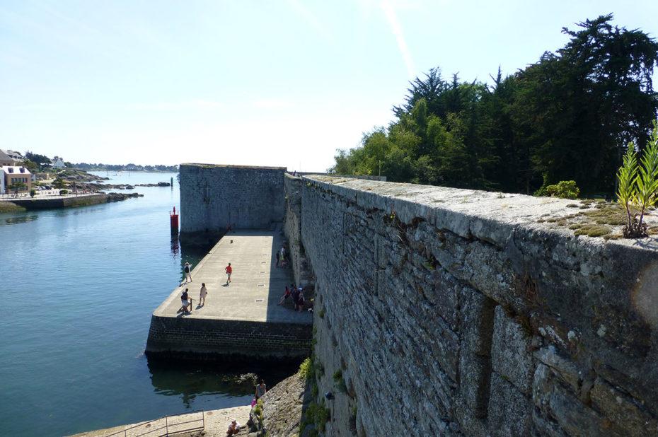 L'océan contre les fortifications de Concarneau