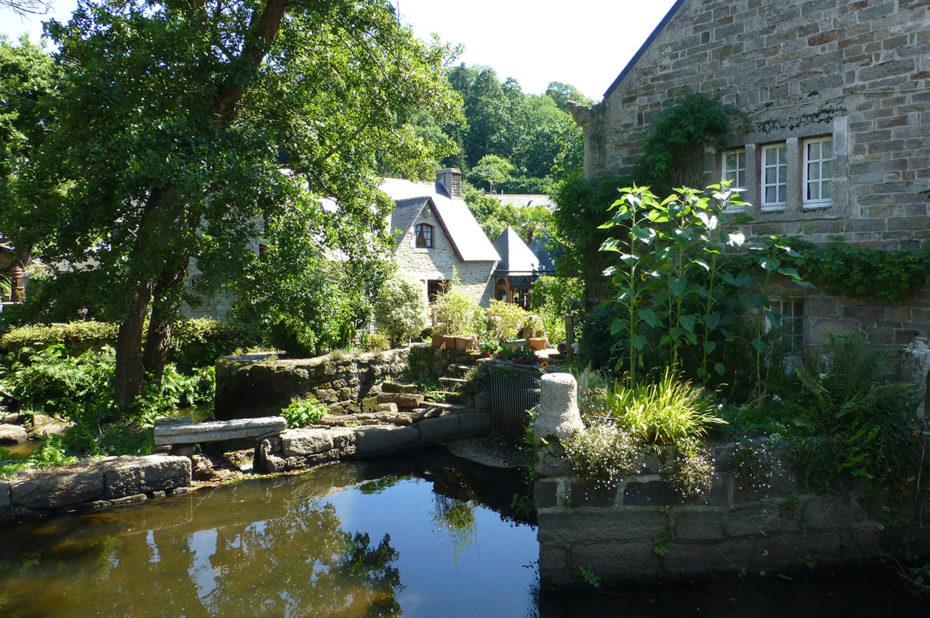 Petit jardin tranquille au bord de l'eau
