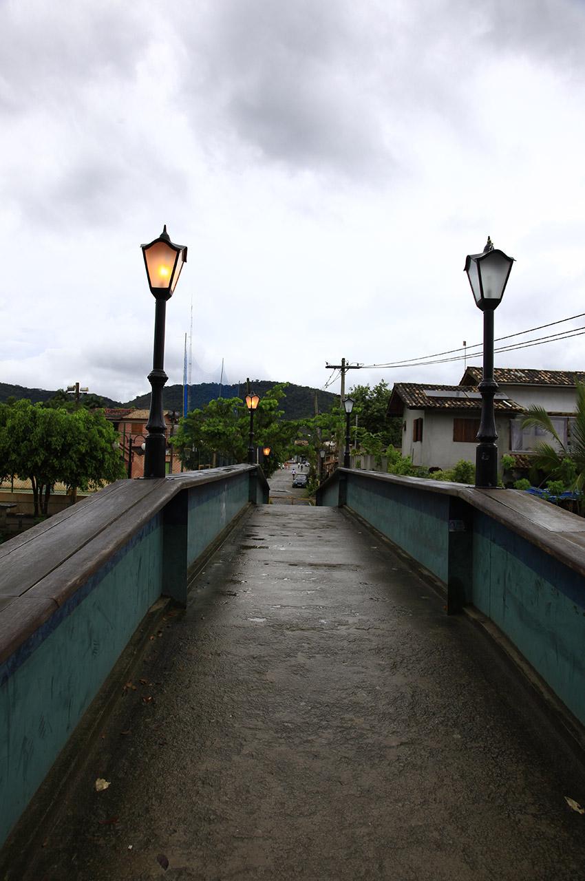 Pont menant vers un quartier résidentiel