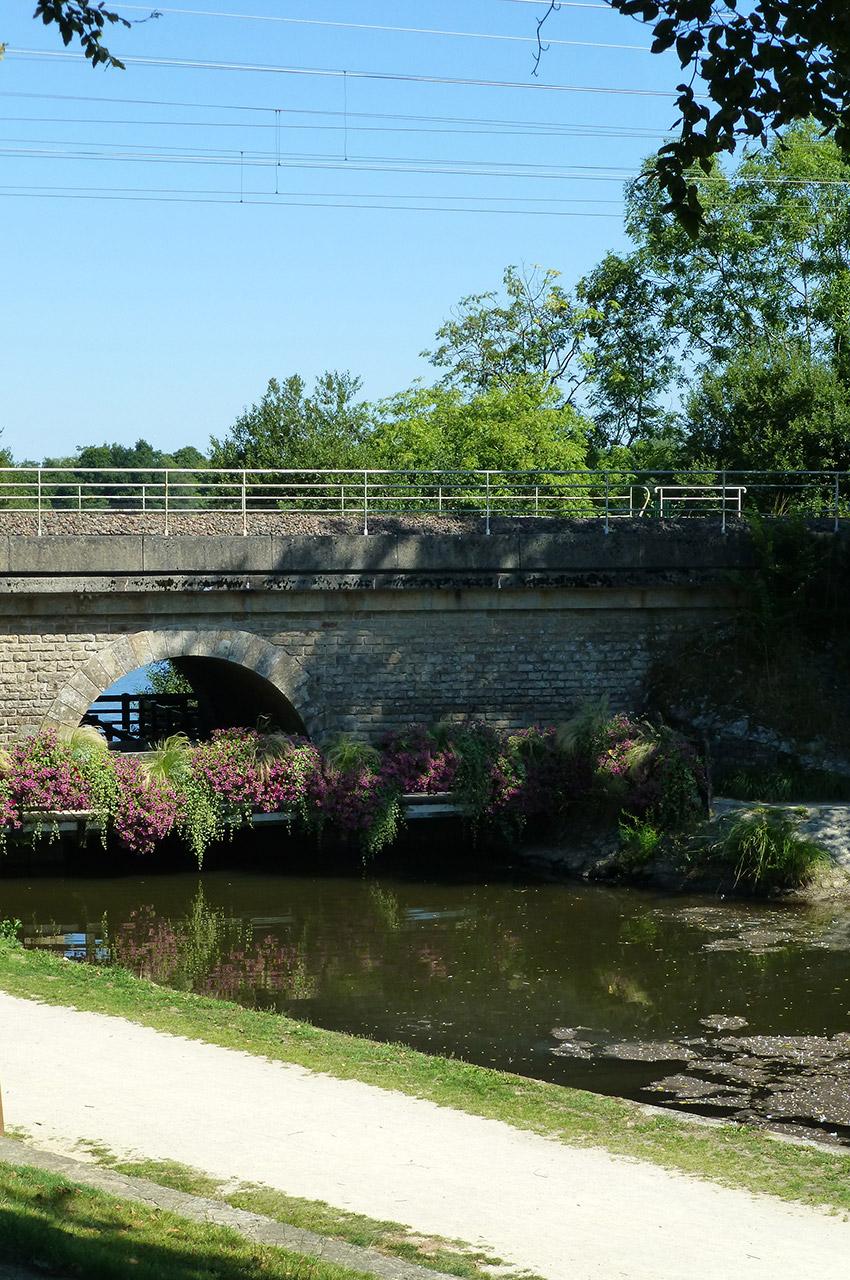 Pont SNCF près d'un étang à Rosporden