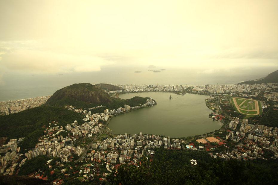 La baie de Guanabara et Rio de Janeiro dans la brume