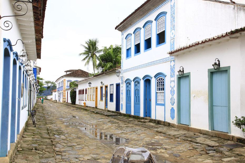 Rues pavées et maisons colorées après la pluie