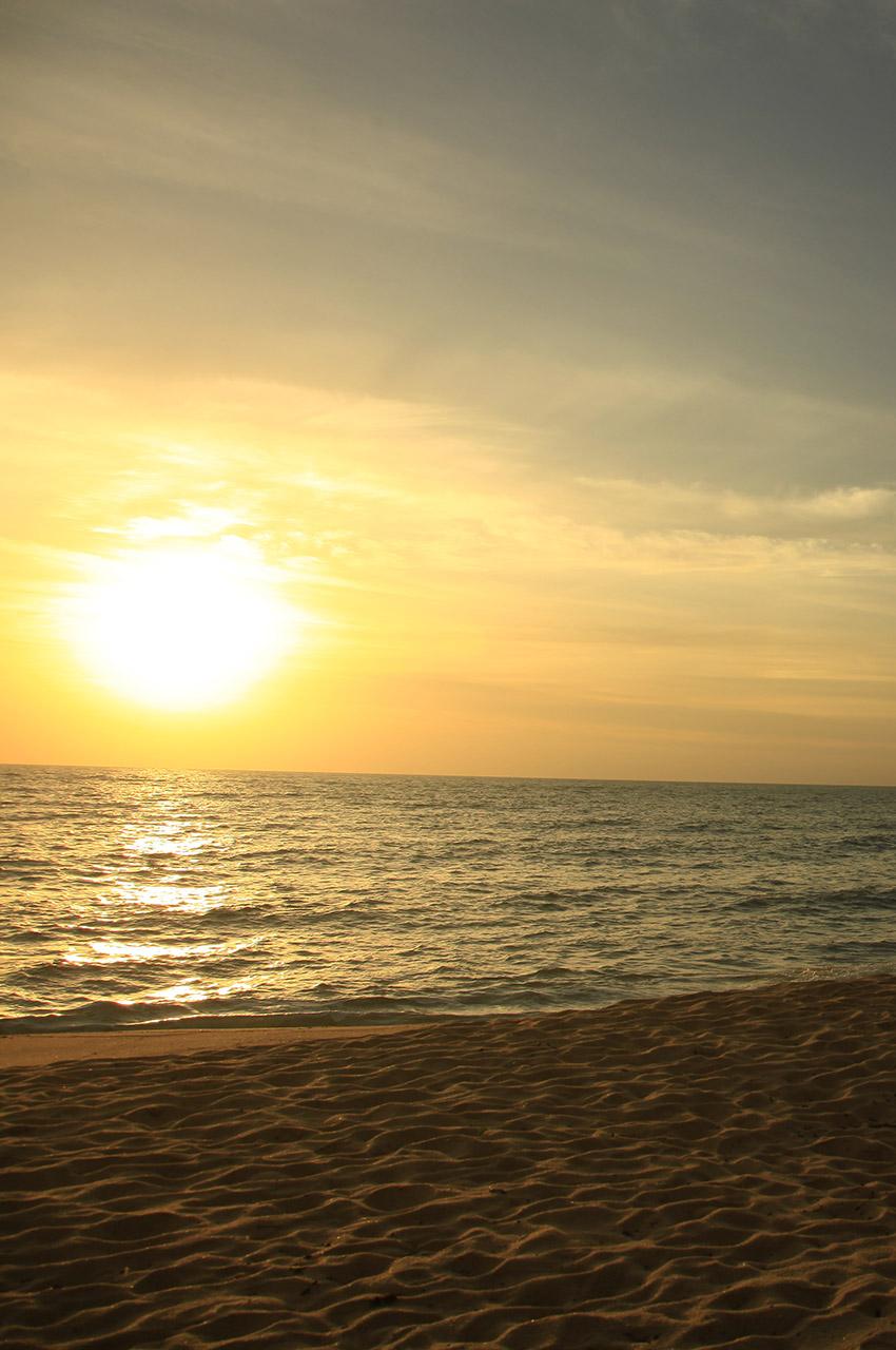 Soleil couchant sur une plage du Brésil