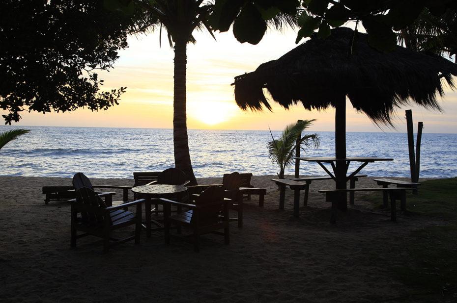 Tables et chaises pour profiter du coucher de soleil