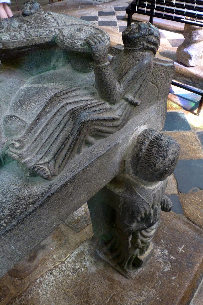 Ce gisant repose sur six anges-cariatides