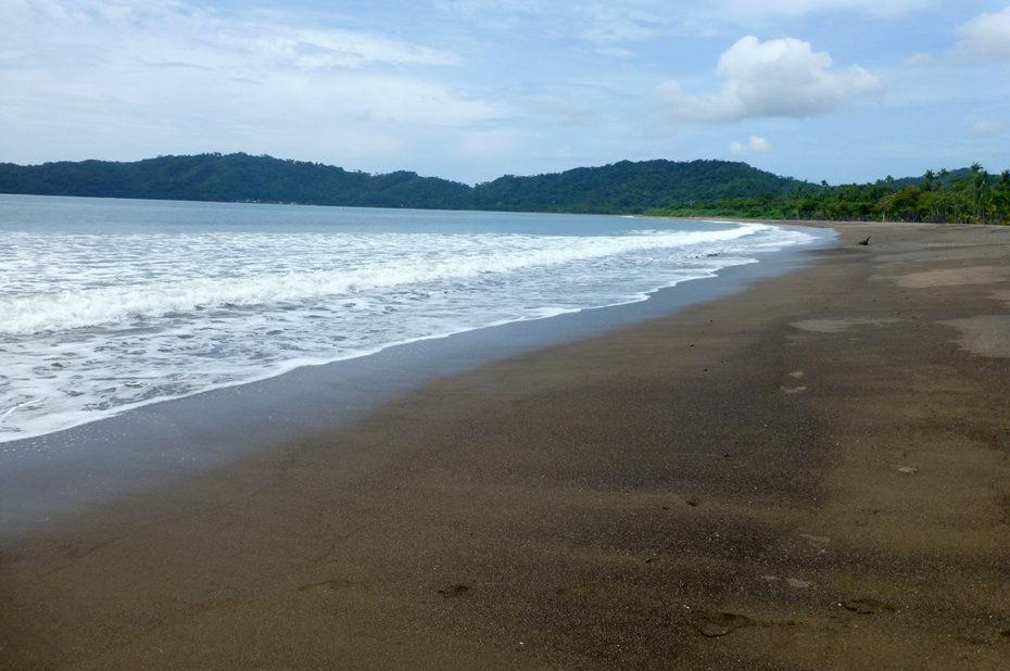 La belle plage de sable gris de Tambor