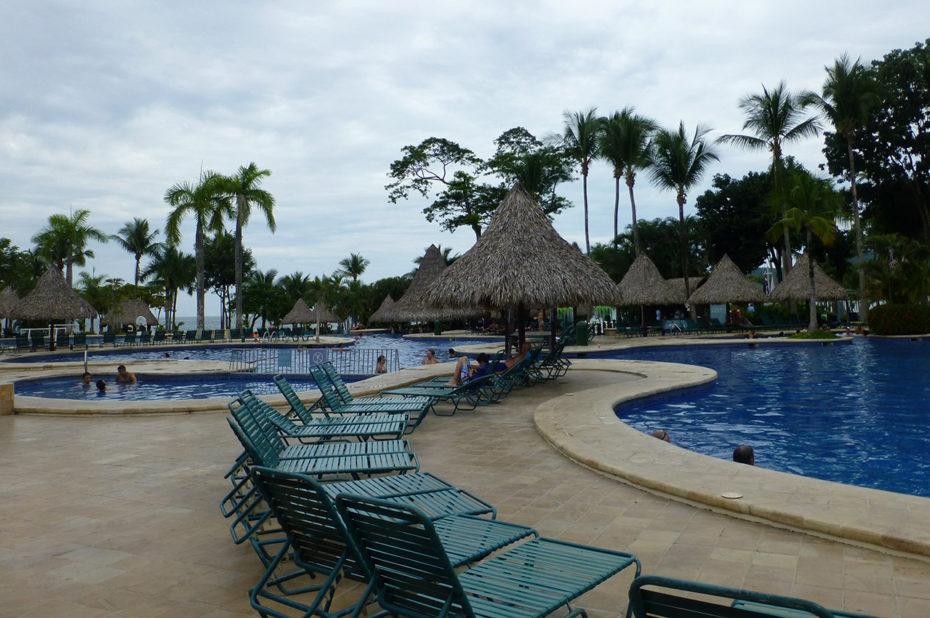 Au bord de la piscine de l'hôtel Barcelò Tambor