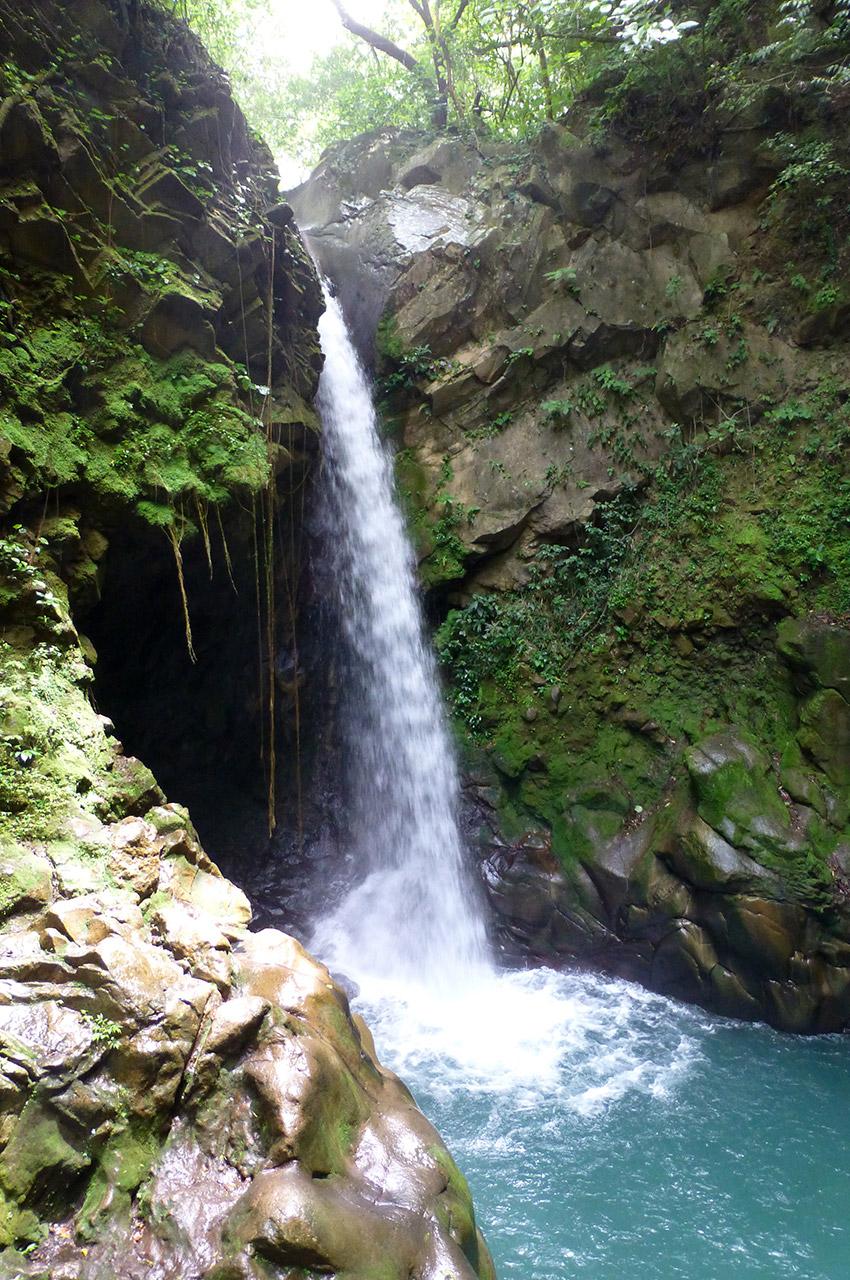 Une cascade en remontant la rivière