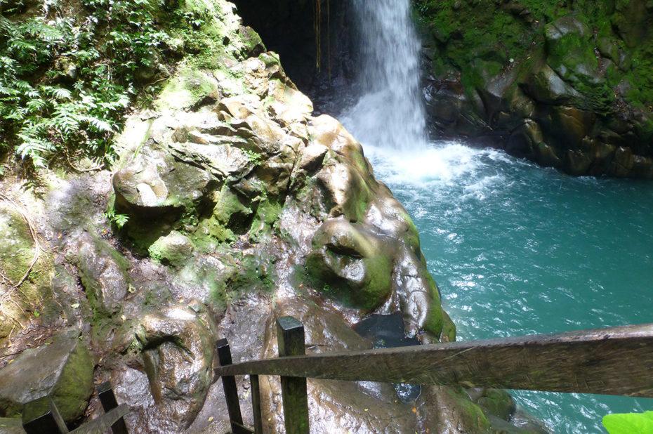 Descente jusqu'à la cascade