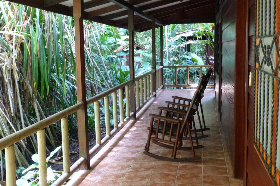 Des fauteuils sur les terrasses du Lodge