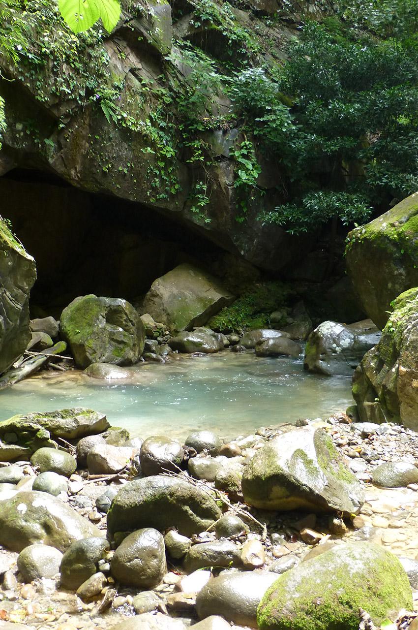 Une grotte près de la rivière
