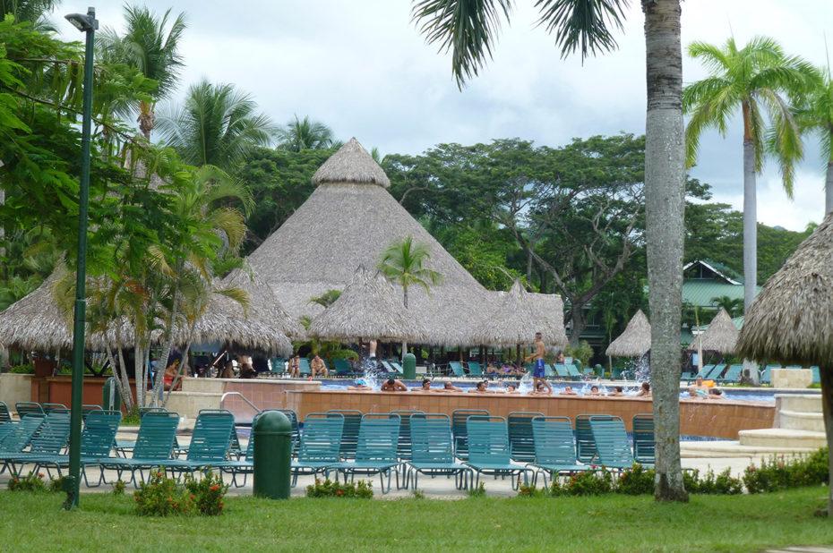 Les huttes autour des piscines de l'hôtel Barcelò
